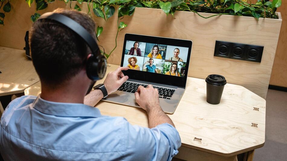 Mann in virtueller Videokonferenz
