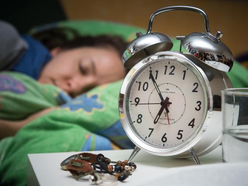 Bild zu Wecker auf einem Nachtschrank