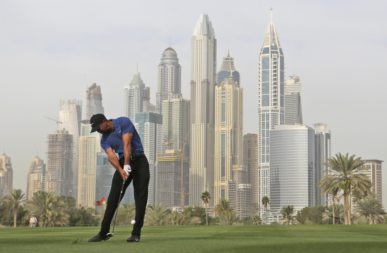 Bild zu Tiger Woods, Dubai Deserrt Classic, Vereinigte Arabische Emirate, Abschlag, Panorama, Skyline, 2017