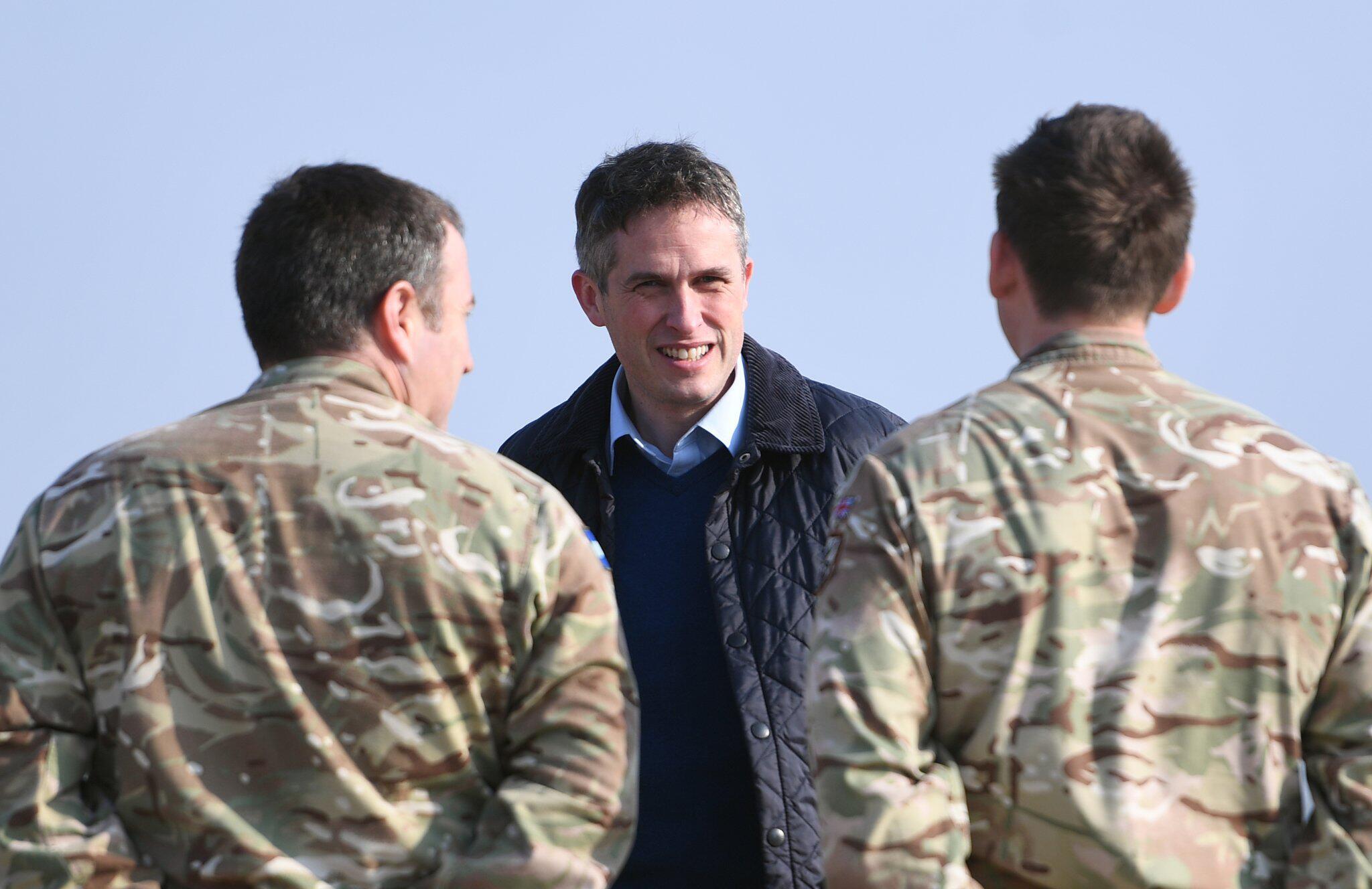 Bild zu May entlässt britischen Verteidigungsminister