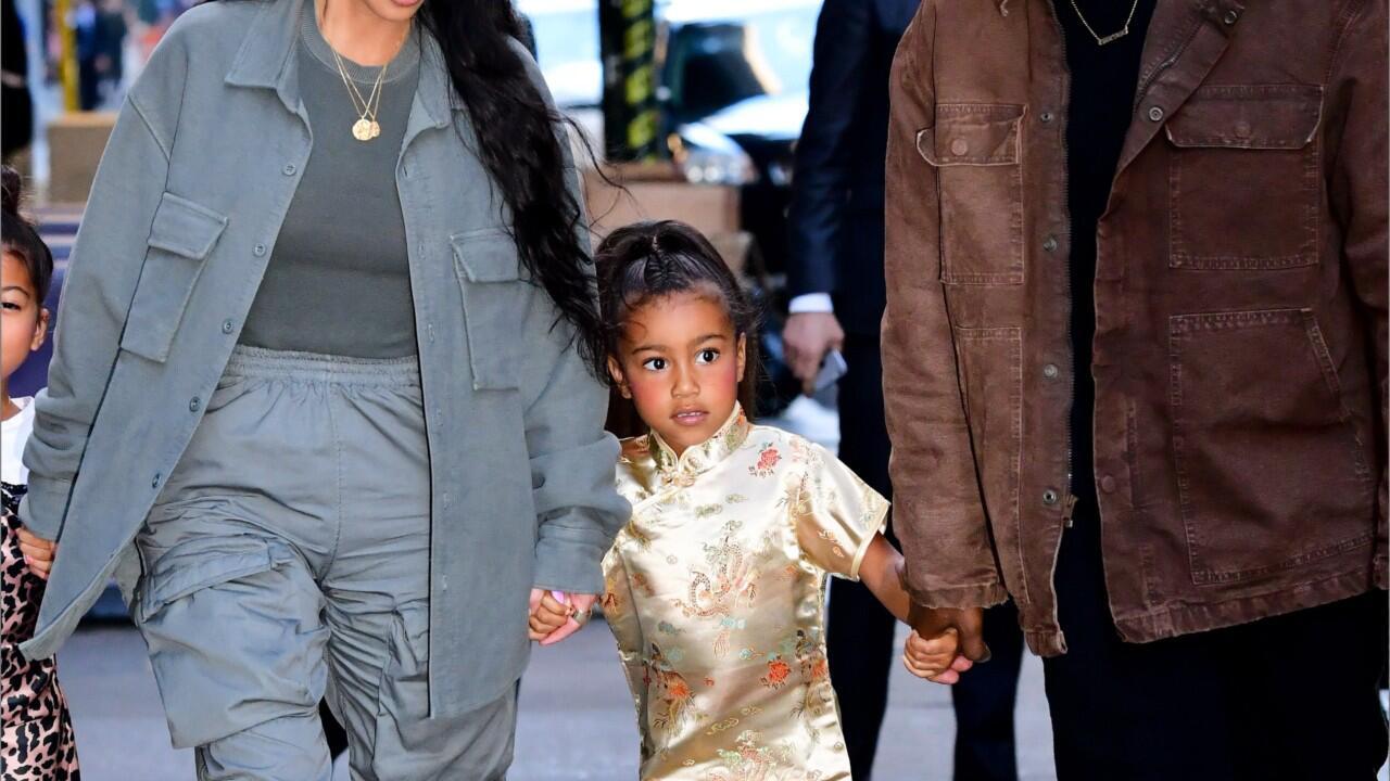 Bild zu Lipgloss und Rouge: Kim Kardashian stylt Tochter (5) wie eine Erwachsene