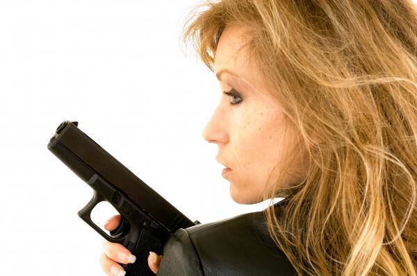 Bild zu Frau mit Pistole