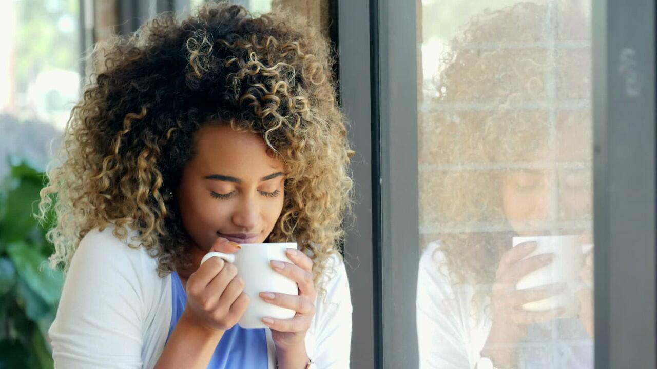 Bild zu Eine Frau trinkt heissen Ingwertee um ihre Halsschmerzen zu lindern.